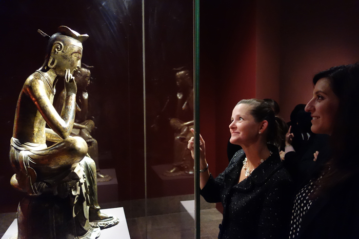 Spectators admire the gilt-bronze Pensive Maitreya Bodhisattva at the opening ceremony. (photo courtesy of the National Museum of Korea)